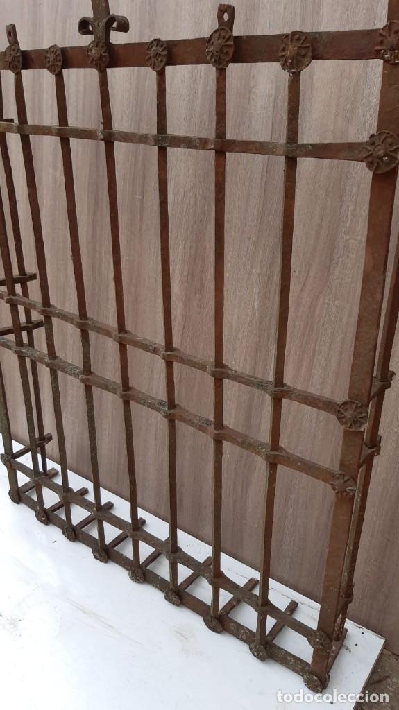 Antigüedades: REJA DE FORJA ANTIGUA MEDIDAS 125 X 105 SIN CONTAR LOS PINCHOS - Foto 6 - 177320344