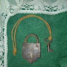 Antigüedades: ANTIGUO CANDADO PEQUEÑO DE HIERRO CON LLAVE ,EN FUNCIONAMIENTO. Lote 177420320