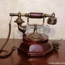 Teléfonos: TELEFONO ESTILO ANTIGUO, PEANA EN MADERA COLOR CAOBA- FUNCIONA- SEGUNDA MANO. Lote 177674649