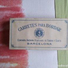 Antigüedades: CAJA CARRETES PARA BORDAR, COMPAÑIA FABRA AND COATS AÑOS 50 CON SUS HILOS ORIGINALES. Lote 177731589