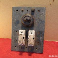 Antigüedades: CUADRO ELECTRICO DE 1910 CON LLAVE DE GIRO CON PLOMOS (FUSIBLES).BAQUELITA , CERÁMICA SOBRE MÁRMOL. Lote 177764733