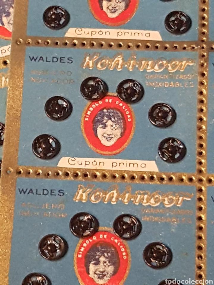 Antigüedades: Lote de caja de Broches a presión Koh i noos años 30 con sobre cupones primas - Foto 9 - 177766832