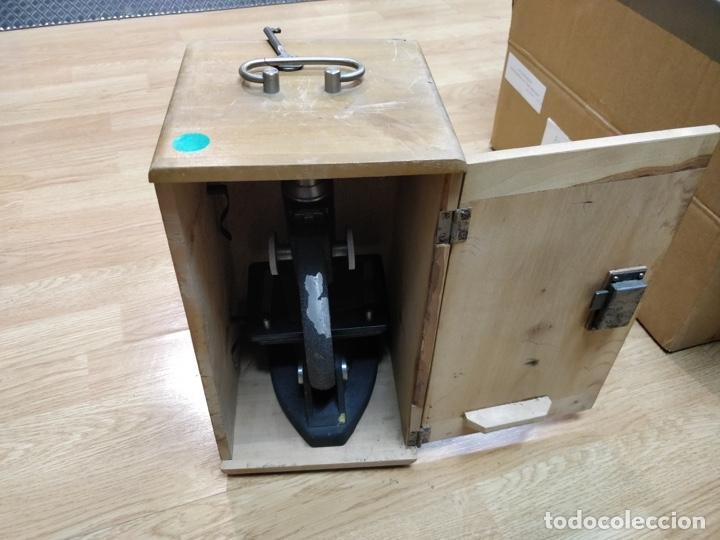 Antigüedades: Antiguo microscopio con su caja con llave. Medida caja: 17 x 30,5 x 15,5 cms. Buen estado - Foto 14 - 39071721