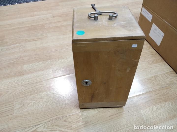 Antigüedades: Antiguo microscopio con su caja con llave. Medida caja: 17 x 30,5 x 15,5 cms. Buen estado - Foto 15 - 39071721