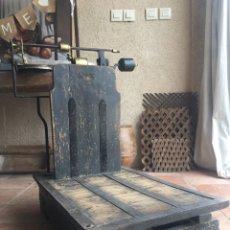 Antigüedades: BASCULA ANTIGUA YDEAL MADERA Y HIERRO, BONITA PINTURA - FUNCIONA 250 KGS - HIJA DE GARCIA, NUMERADA. Lote 177881084