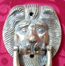 Antigüedades: ANTIGUA ALDABA - LLAMADOR - PICAPORTE DE FORJA - CABEZA DE LEÓN - 180 GRAMOS - 10 X 7 CMS. Lote 178344107