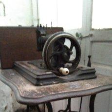 Antigüedades: MÁQUINA DE COSER ANTIQUÍSIMA.. Lote 178376120