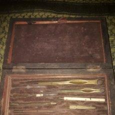 Antigüedades: CAJA ANTIGUA CON INSTRUMENTOS PARA LECTURAS MAPAS. FECHA DESCONIDA. ORIGEN PARIS. MEDIDA 21 X 12 X 5. Lote 178396353