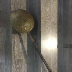Antigüedades: ANTIGUO CALENTADOR DE CAMAS EN MADERA COBRE Y LATÓN PRINCIPIOS S.XX 107 CM - LA OPALINA. Lote 178397652