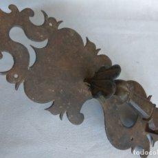 Antigüedades: TIRADOR DE PESTILLO DE HIERRO FORJADO, SIGLO XVII. Lote 178564923