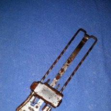 Antigüedades: CURIOSA MAQUINA PARA AFILAR CUCHILLAS MARCA SHARPEX. Lote 178805521