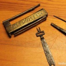 Antigüedades: ANTIGUO CANDADO ASIATICO DE ARMARIO ORIGINAL SIGLO XIX , DE HIERRO Y BRONCE . Lote 178905472