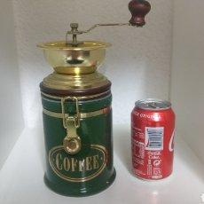 Antigüedades: MOLINILLO DE CAFÉ CON TARRO DE CERÁMICA HERMÉTICO COLOR VERDE Y DETALLES DORADOS.. Lote 178930638