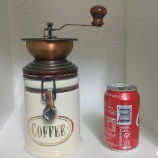 Antigüedades: MOLINILLO DE CAFÉ CON TARRO DE CERÁMICA HERMÉTICO COLOR BLANCO Y DETALLES COBRE.. Lote 178931246
