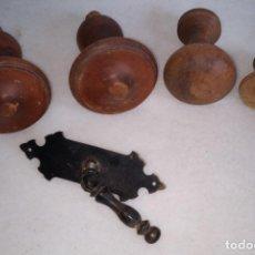 Antigüedades: 5 TIRADORES 4 DE MADERA Y UNO METÁLICO.. Lote 179133442