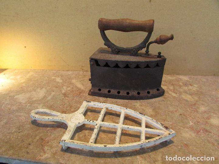Antigüedades: Plancha antigua brasas con posaplanchas, parrilla, etc. Distinta - Foto 7 - 179215968