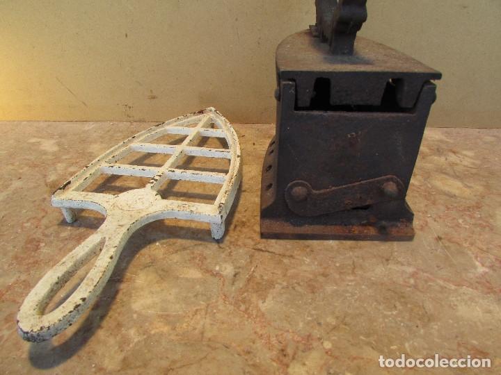 Antigüedades: Plancha antigua brasas con posaplanchas, parrilla, etc. Distinta - Foto 8 - 179215968