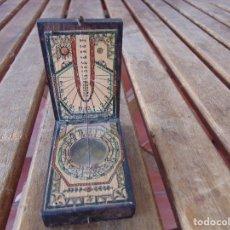 Antigüedades: BRÚJULA CON RELOJ DE SOL SOLAR EN CAJA DE MADERA MIDE 7.8 X 4.8 X 2. Lote 179322193