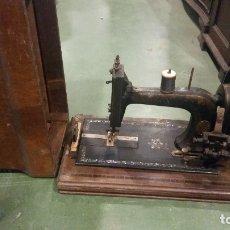 Antigüedades: MAQUINA DE COSER CON NACAR. Lote 179381441