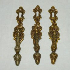 Antigüedades: 3 ANTIGUOS TIRADORES CON BOCALLAVE DE BRONCE PARA PUERTAS.. Lote 180043305