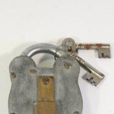 Antigüedades: CANDADO METAL Y LATON CON 2 LLAVES. Lote 180046533
