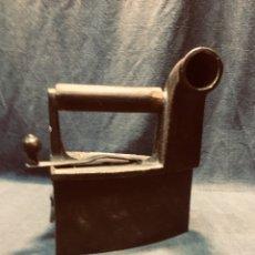 Antigüedades: PLANCHA CON CIERRE DEPOSITO CARBON 6 2 L MONDRAGON 21X18X11,5CMS. Lote 180071821