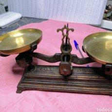 Antigüedades: PESO DE HIERRO CON PLATILLOS DE METAL. Lote 180077847