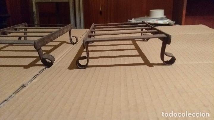 Antigüedades: Dos soportes apoya planchas de hierro forjado y remachado - Foto 6 - 180109468