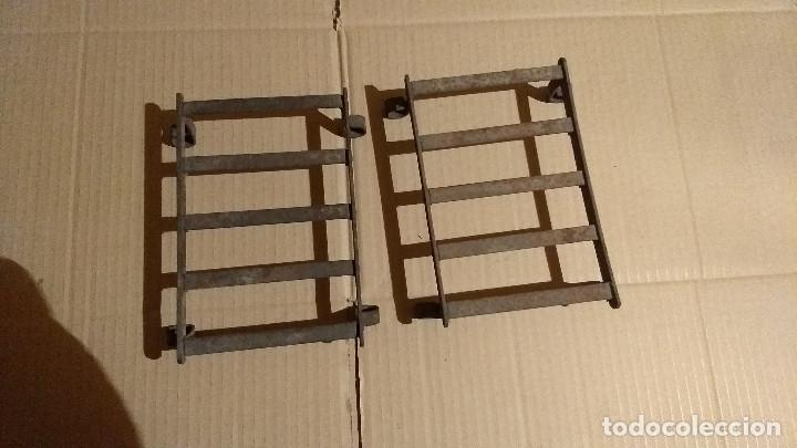 Antigüedades: Dos soportes apoya planchas de hierro forjado y remachado - Foto 7 - 180109468