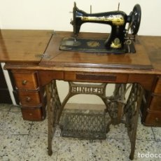 Antigüedades: MÁQUINA DE COSER SINGER CON MESA, OCULTABLE. Lote 180275992
