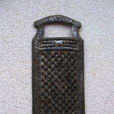 Antigüedades: ANTIGUO MINI RALLADOR PARA NUEZ MOSCADA 7X3CM APROX. Lote 180391168