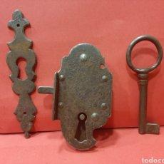 Antigüedades: CERRADURA ANTIGUA DE HIERRO FORJADO. FUNCIONA CORRECTAMENTE.. Lote 180404182