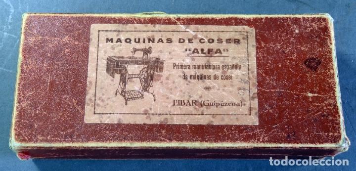 Antigüedades: Caja con piezas máquina coser Alfa recambios repuestos Eibar Guipúzcoa - Foto 2 - 180475375