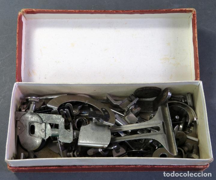 Antigüedades: Caja con piezas máquina coser Alfa recambios repuestos Eibar Guipúzcoa - Foto 3 - 180475375