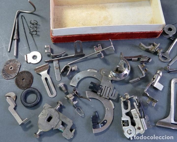 Antigüedades: Caja con piezas máquina coser Alfa recambios repuestos Eibar Guipúzcoa - Foto 4 - 180475375
