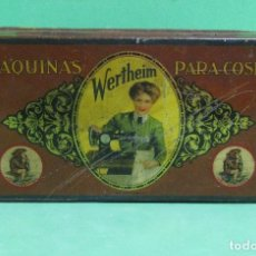 Antigüedades: WERTHEIM RAPIDA S.A CAJA METALICA DE MAQUINA DE COSER CON MULTITUD DE RECAMBIOS ORIGINALES AÑO 1920. Lote 180850491