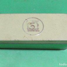 Antigüedades: SIGMA CAJA METALICA DE MAQUINA DE COSER CON RECAMBIOS MEDIDAS 17 X 6,5 X 5 CMS APROX. . Lote 180853565