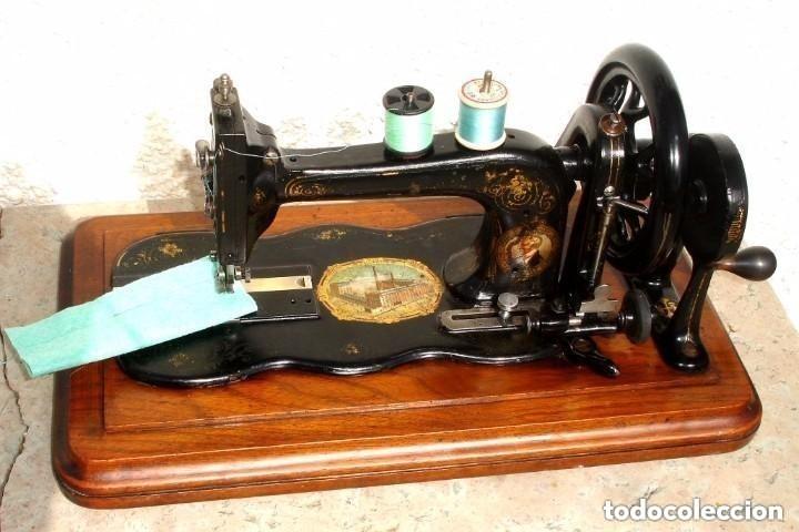 ANTIGUA MAQUINA DE COSER,CON BASE DE VIOLIN. AÑO C. 1881 FUNCIONA Y EN BUEN ESTADO (Antigüedades - Técnicas - Máquinas de Coser Antiguas - Frister & Rossmann)