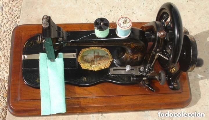 Antigüedades: ANTIGUA MAQUINA DE COSER,CON BASE DE VIOLIN. AÑO C. 1881 FUNCIONA Y EN BUEN ESTADO - Foto 3 - 180894287