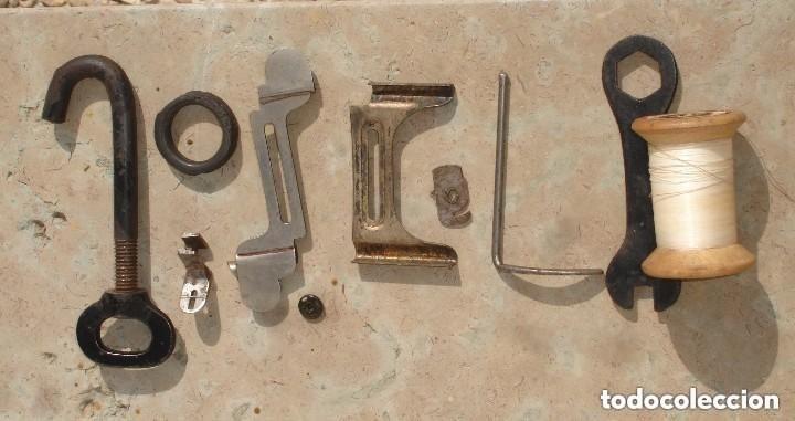 Antigüedades: ANTIGUA MAQUINA DE COSER,CON BASE DE VIOLIN. AÑO C. 1881 FUNCIONA Y EN BUEN ESTADO - Foto 10 - 180894287
