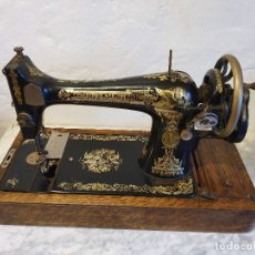 Antigüedades: MAQUINA DE COSER SINGER DE MANIVELA - PORTATIL - CON SU TAPA. Lote 180906581