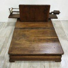 Antigüedades: BASCULA MADERA. Lote 180906986