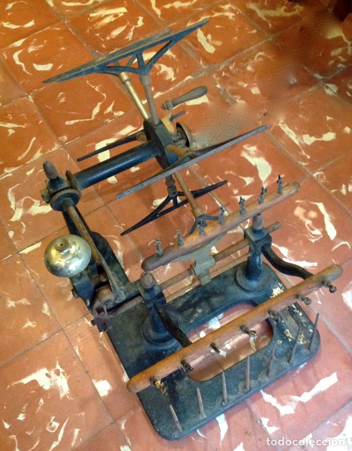 Antigüedades: Antigua Maquina De Hilar O Devanadora De Telar Marca AYGUAFRE En Metal Y Madera - Foto 4 - 180965987