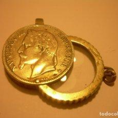 Antigüedades: ANTIGUA MONEDA CON LUPA EN SU INTERIOR DE PLATA CON CONTRASTES.. Lote 181021101
