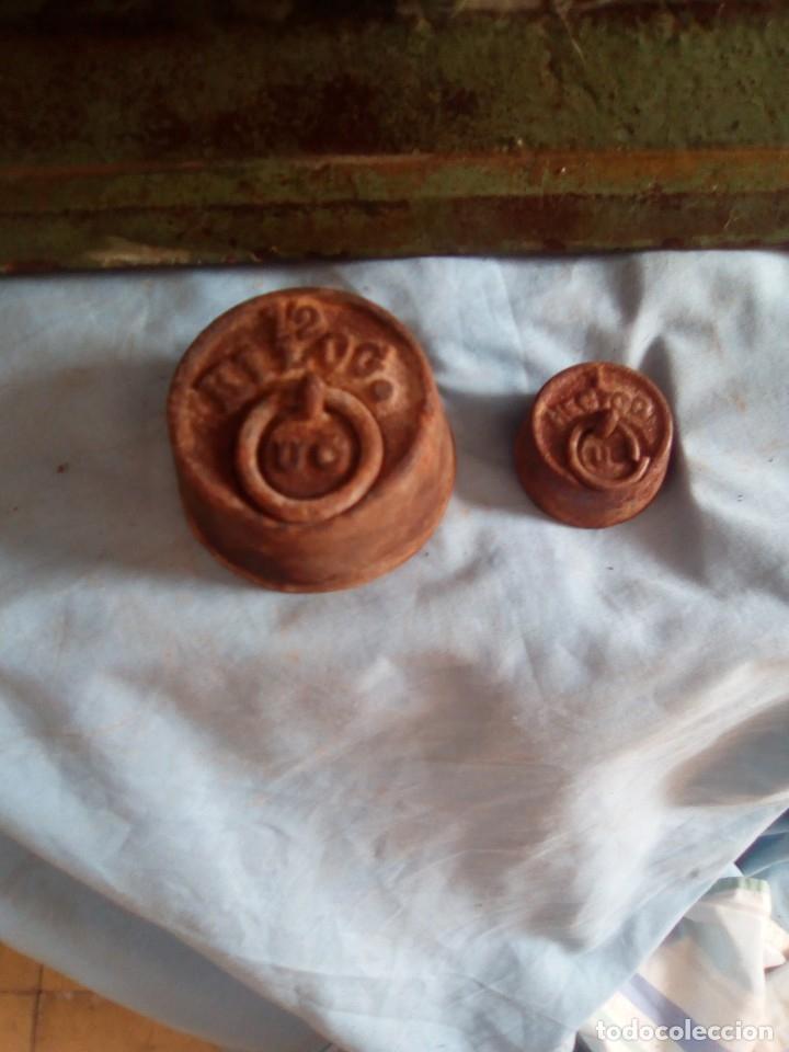 Antigüedades: bascula de 2 platos antigua con 2 pesas - Foto 3 - 181119076