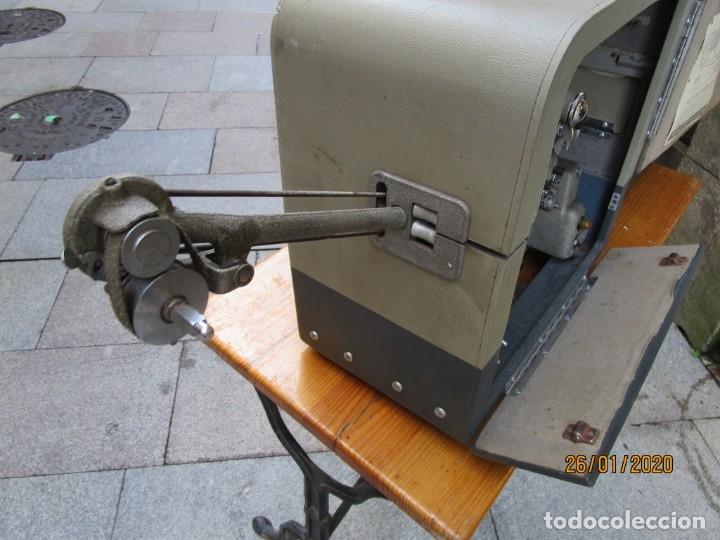 Antigüedades: ANTIGUO PROYECTOR SONORO Y PORTATIL 16MM BELL & HOWELL, MODELO 630 PROJECTOR - VER FOTOS + INFO - Foto 8 - 181153485