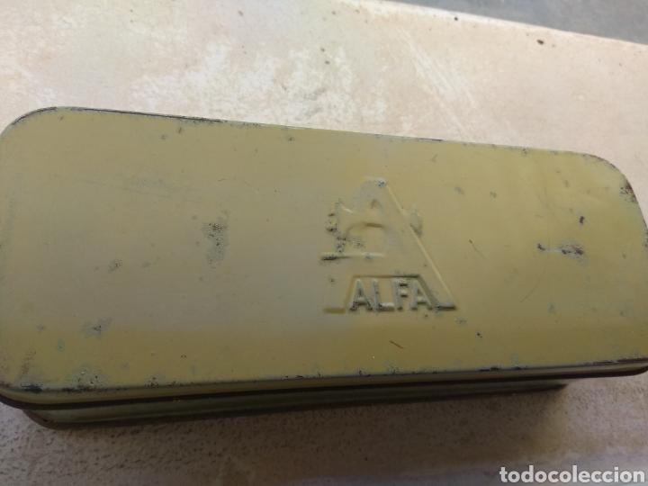 Antigüedades: Caja de Metal Máquina de Coser Alfa más Accesorios - Foto 4 - 181481417
