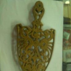 Antigüedades: ANTIGUO APOYA PLANCHAS DE LATON 26 CM. Lote 181503551