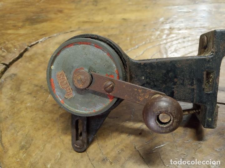 Antigüedades: Bonito torno o taladro manual con piedra de esmeril. Marca Artus. Siglo XIX. Para atornillar a mesa. - Foto 2 - 181506327