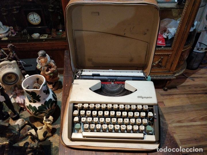MÁQUINA DE ESCRIBIR OLYMPIA DE LUXE CON MALETÍN DE TRANSPORTE - 32 X 33 X 9.5CM (Antigüedades - Técnicas - Máquinas de Escribir Antiguas - Olympia)